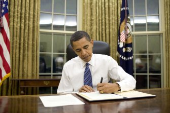 barack_obama_signs_emergency_declaration_for_arkansas_1-28-09